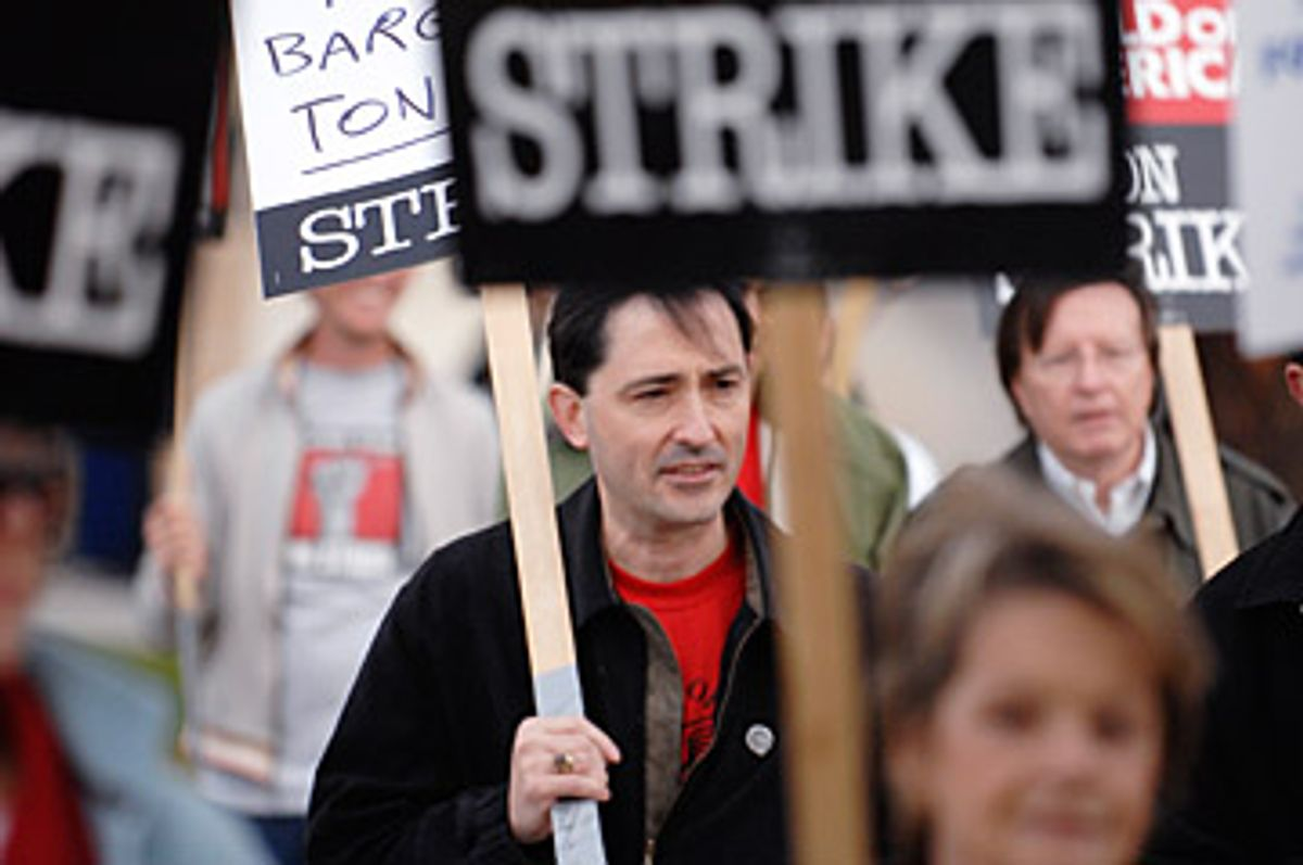 Patric Verrone (C), President of Writers Guild of America, West, joins striking writers as they picket in front of NBC studios in Burbank, California January 2, 2008. REUTERS/Phil McCarten (UNITED STATES)        (© Phil Mccarten / Reuters)