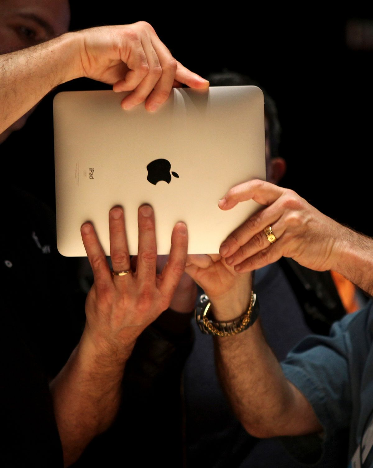 """Members of the technology media try out Apple's  """"iPad"""" , a new tablet computing device, after its launch event in San Francisco, California, January 27, 2010. REUTERS/Kimberly White (UNITED STATES - Tags: BUSINESS SCI TECH) (Reuters)"""