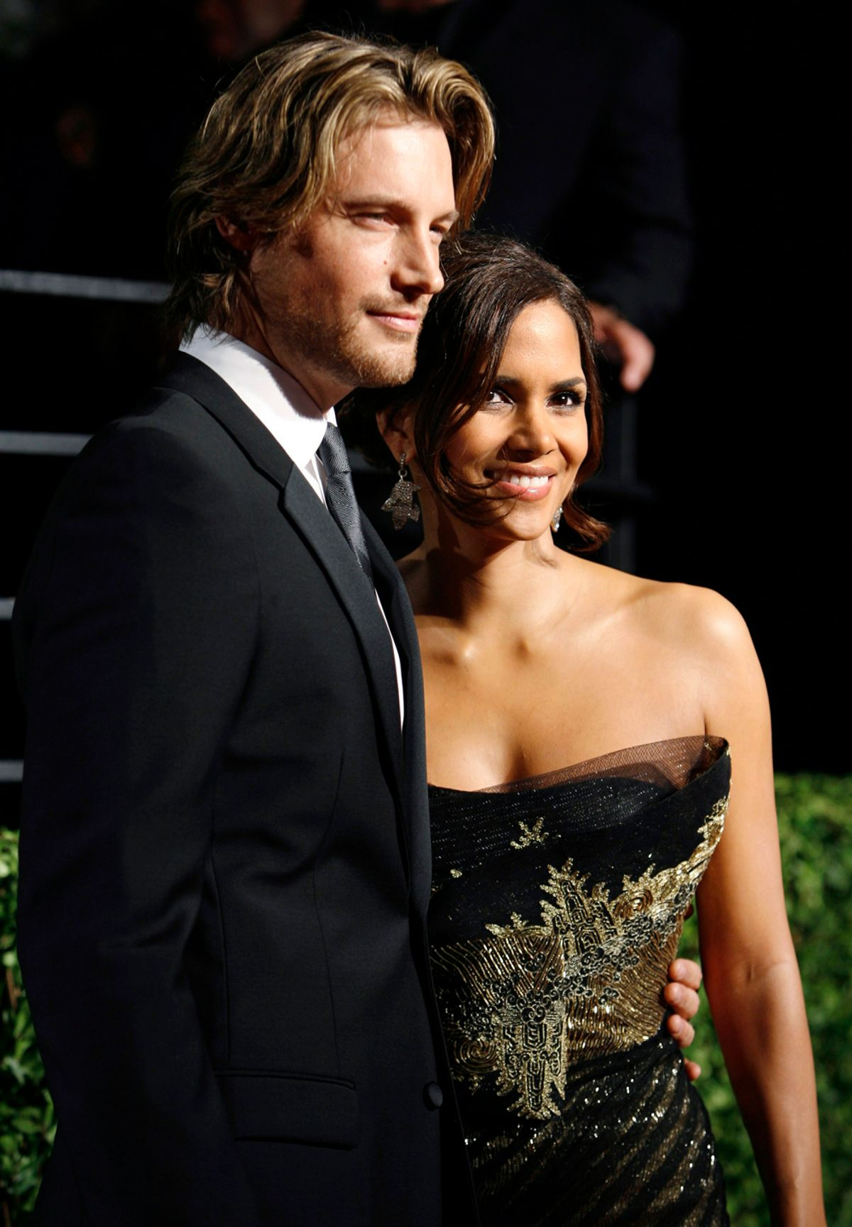 Actress Halle Berry and model Gabriel Aubry pose as they arrive at the 2009 Vanity Fair Oscar Party in West Hollywood, California February 22, 2009. REUTERS/Danny Moloshok  (UNITED STATES) (OSCARS-PARTY) (© Danny Moloshok / Reuters)