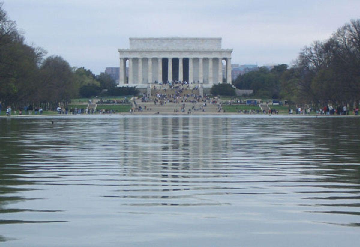 "(<a href=""http://en.wikipedia.org/wiki/File:Lincoln_memorial_reflecting_pool.jpg"">Chensiyuan</a>)"