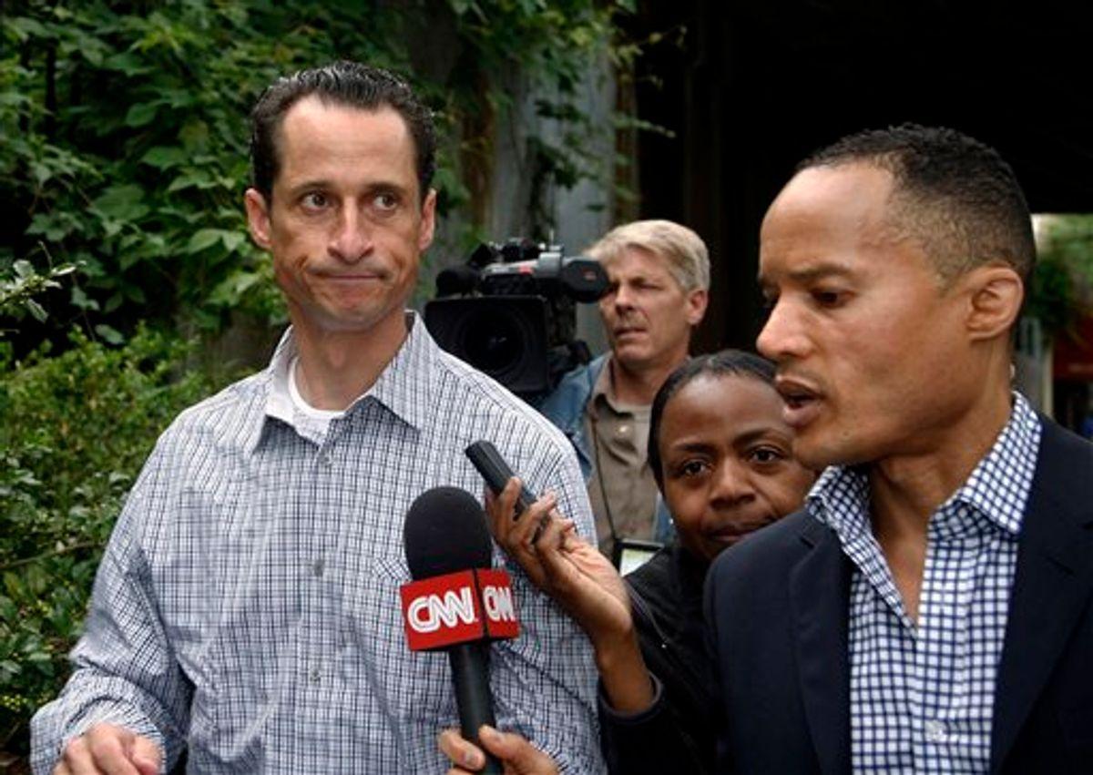 El representante federal estadounidense Anthony Weiner, sale de su casa en Nueva York, el sábado 11 de junio del 2011  (AP Foto/David Karp). (AP)