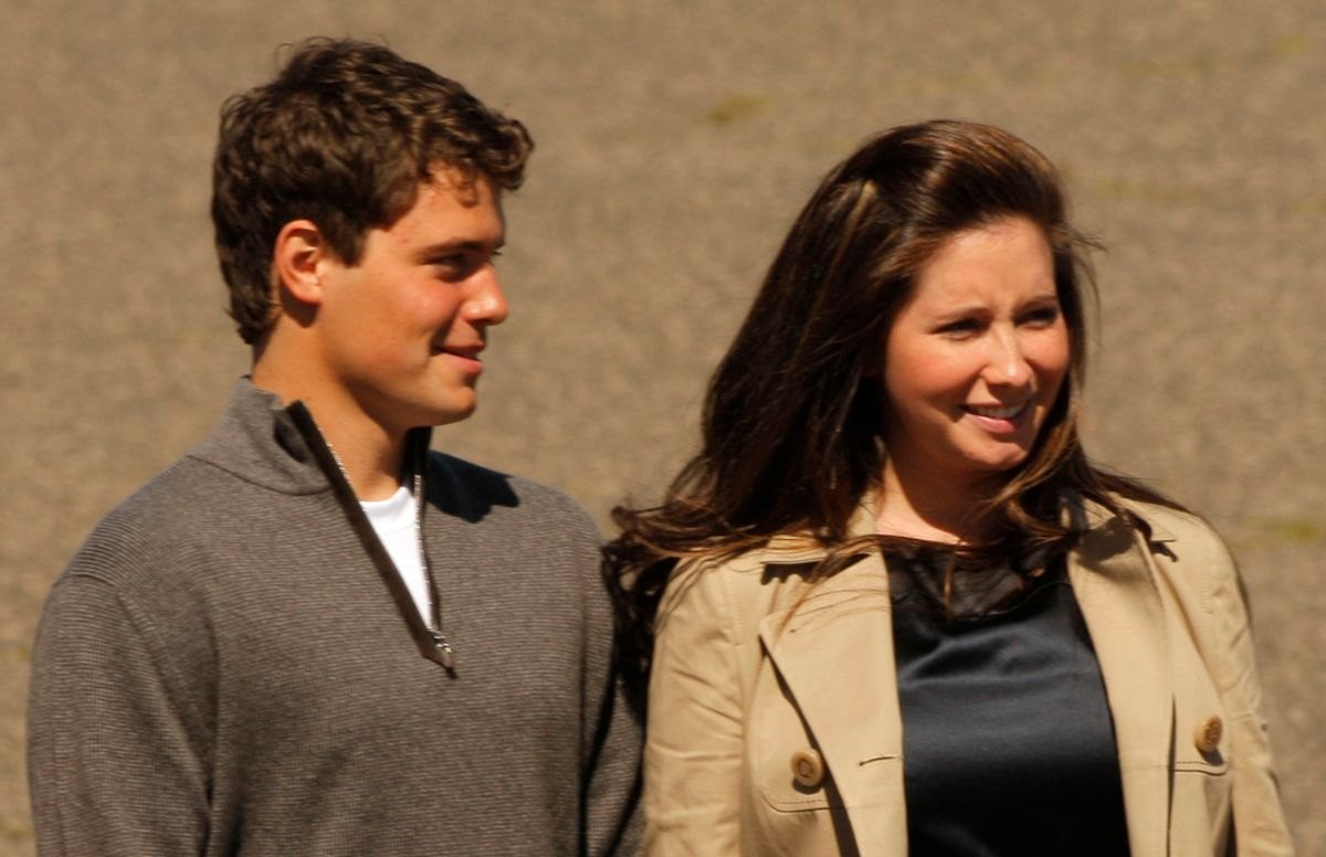 Bristol Palin (R), daughter of US Republican vice presidential candidate and Alaska Governor Sarah Palin, stands with her boyfriend Levi Johnston during the arrival of US Republican presidential candidate Senator John McCain (R-AZ) at the airport in Minneapolis, Minnesota September 3, 2008. REUTERS/Brian Snyder (UNITED STATES) US PRESIDENTIAL ELECTION CAMPAIGN 2008 (USA) (© Brian Snyder / Reuters)