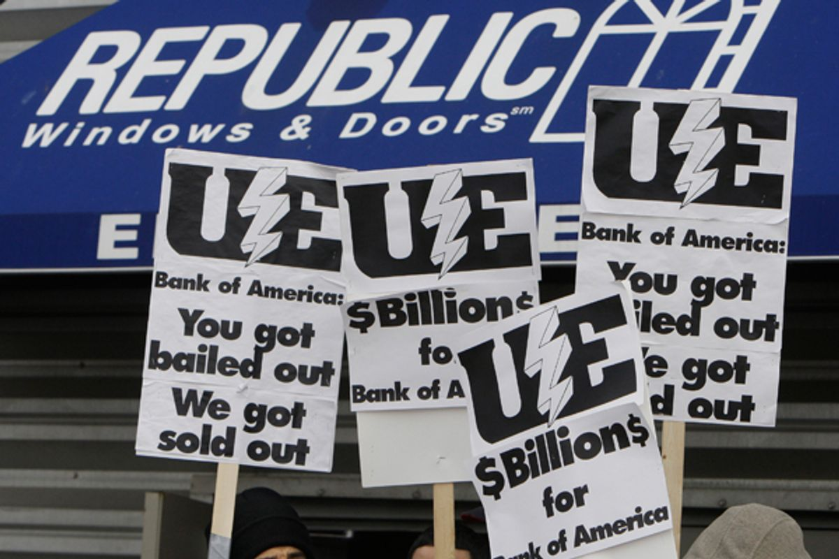 Workers picket at the Republic Windows and Doors factory in Chicago, on Dec. 8, 2008. (AP/M. Spencer Green)
