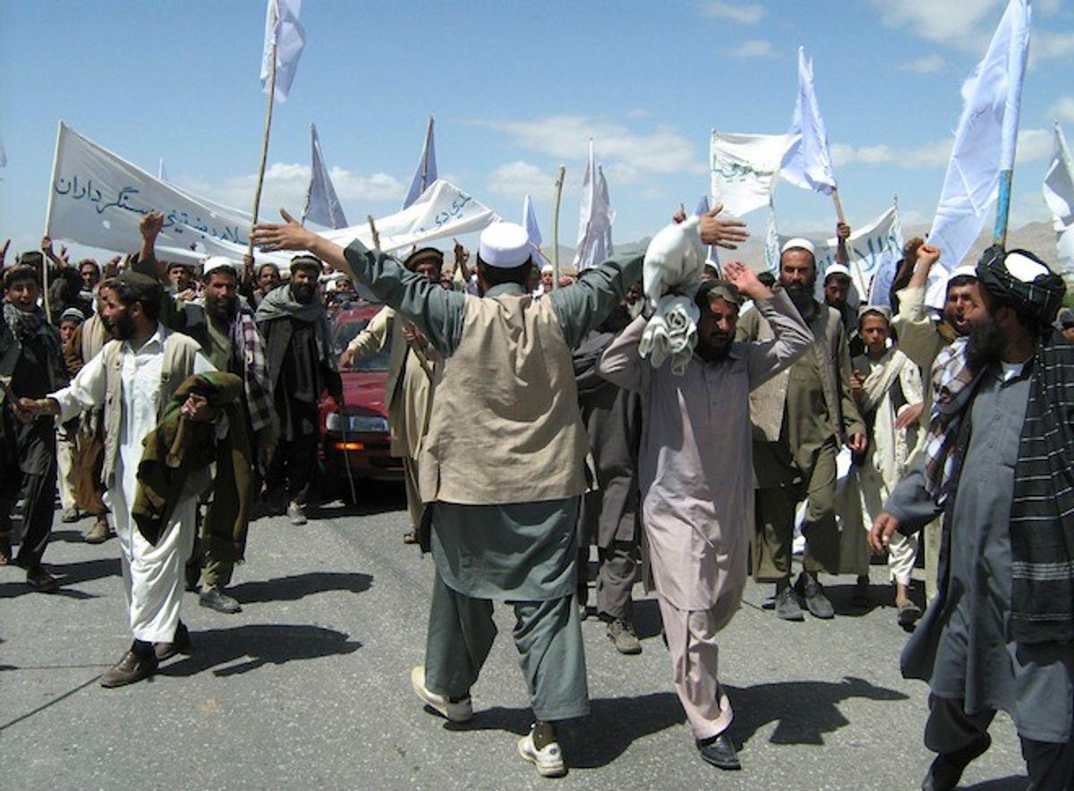 More than 1,500 Afghans block the highway between Kabul and Kandahar in Seed Abad, Wardak province, Afghanistan, Saturday, May 26, 2012.                    (AP/Rahmatullah Nikzad)