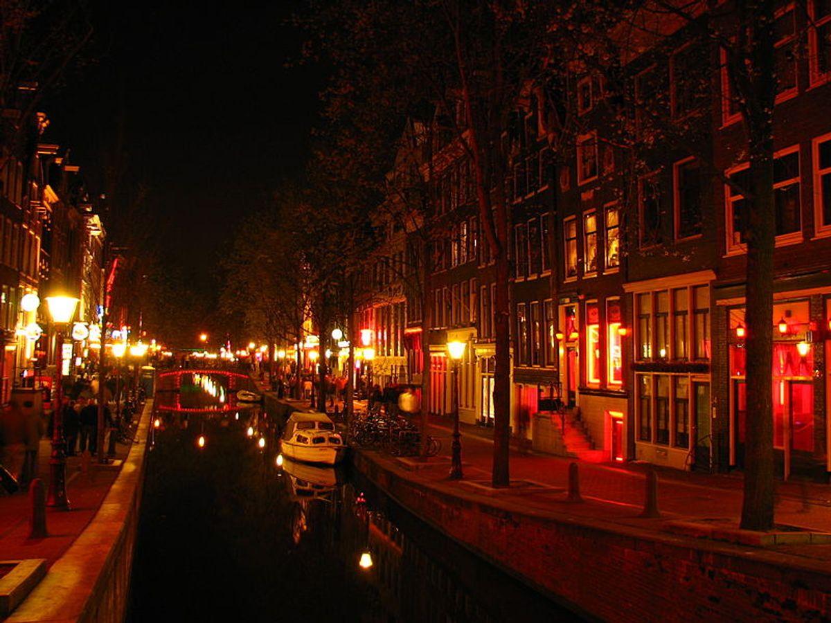 Amsterdam's red light district (Wikimedia, Rungbachduong)