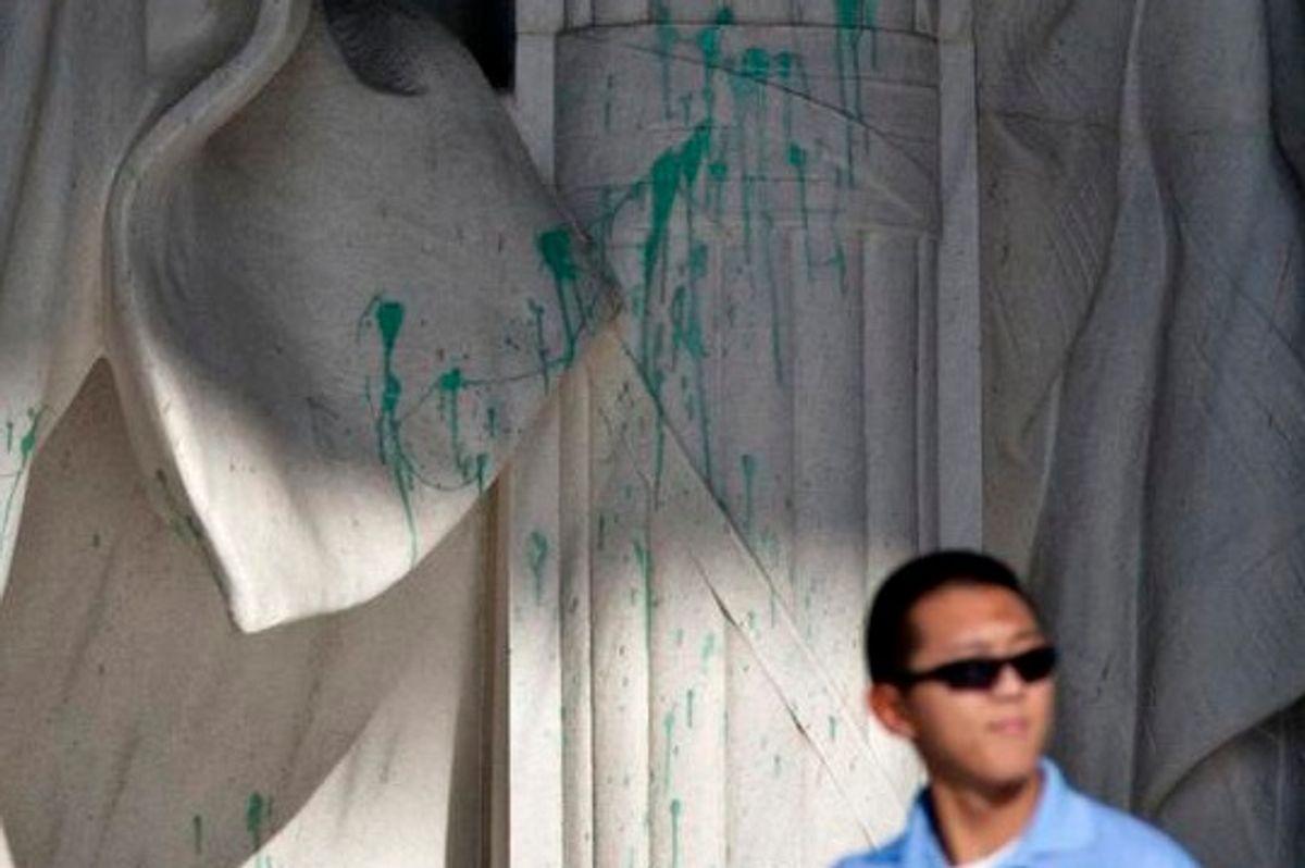 The vandalized Lincoln memorial   (AP J. Scott Applewhite via Twitter user Ethan Klapper)