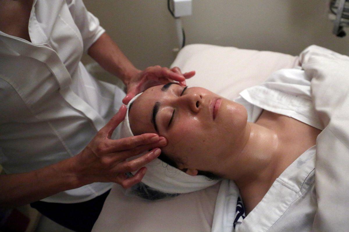 Shizuka Bernstein gives what she calls a Geisha Facial to Mari Miyoshi at Shizuka New York skin care in New York.      (AP/Mary Altaffer)