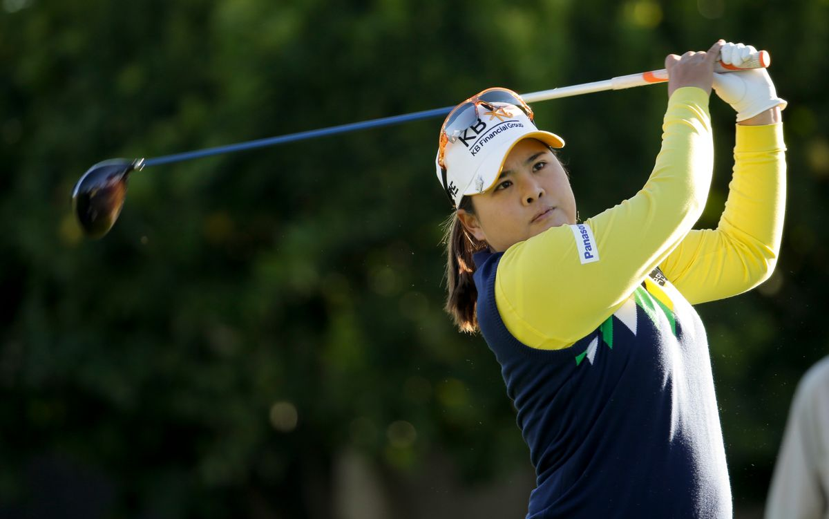 """Inbee Park, of South Korea, watches her tee shot on the 11th hole during the first round at the LPGA """"Kraft Nabisco Championship"""" golf tournament Thursday, April 3, 2014 in Rancho Mirage, Calif. (AP Photo/Chris Carlson)   (AP)"""