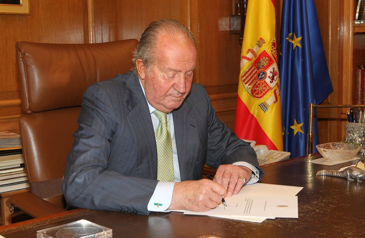 In this photo released by the Royal Palace on Monday, June 2,  2014,  Spain's King Juan Carlos signs a document in the Zarzuela Palace opening the way for his abdication. Spain's King Juan Carlos plans to abdicate and pave the way for his son, Crown Prince Felipe, to take over, Spanish Prime Minister Mariano Rajoy told the country Monday in an announcement broadcast nationwide. The 76-year-old Juan Carlos oversaw his country's transition from dictatorship to democracy but has had repeated health problems in recent years. (AP Photo/Spanish Royal Palace) (AP)