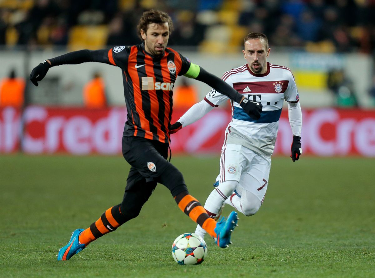 Bayern's Franck Ribery, right, and Shakhtar's  Darijo Srna struggle for the ball during the Champions League round of 16 first leg soccer match between Shakhtar Donetsk and Bayern Munich on Tuesday, Feb. 17, 2015 in Lviv, Ukraine. (AP Photo/Efrem Lukatsky) (AP)