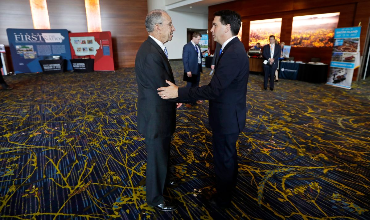 U.S. Sen. Chuck Grassley, R-Iowa, talks with Wisconsin Gov. Scott Walker, right, during the National Governors Association meeting, Friday, July 15, 2016, in Des Moines, Iowa.  (AP)