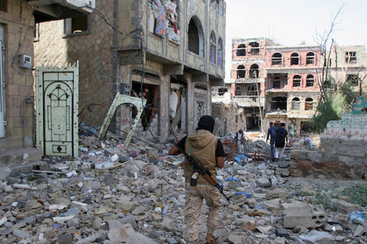 An anti-Houthi fighter loyal to Saudi-backed former president Hadi walks at the site of recent battles in Taiz, Yemen, November 20, 2016  (Reuters/Anees Mahyoub)