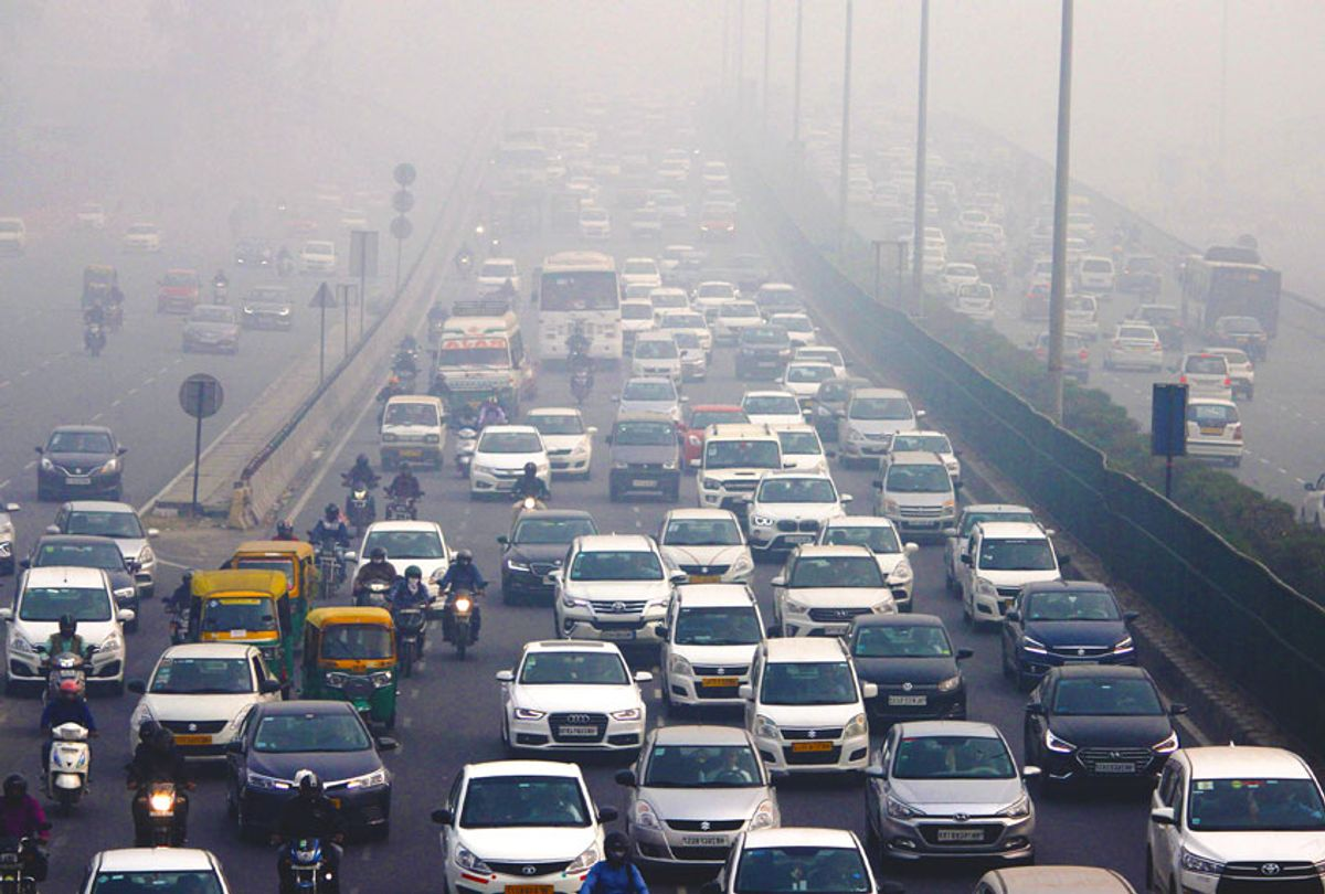 Traffic moves along in the smog (Yogendra Kumar/Hindustan Times/Getty Images)