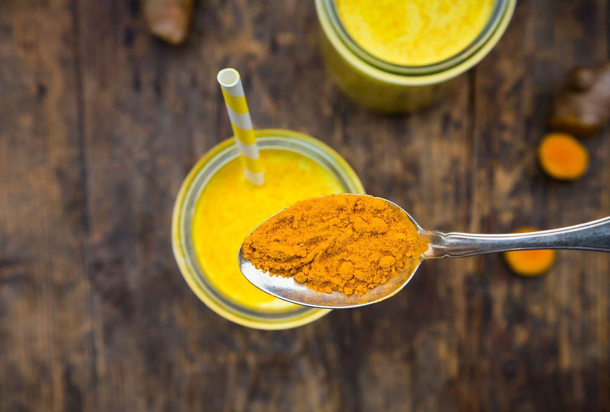 Curcuma powder on tea spoon (Getty Images/Westend61)