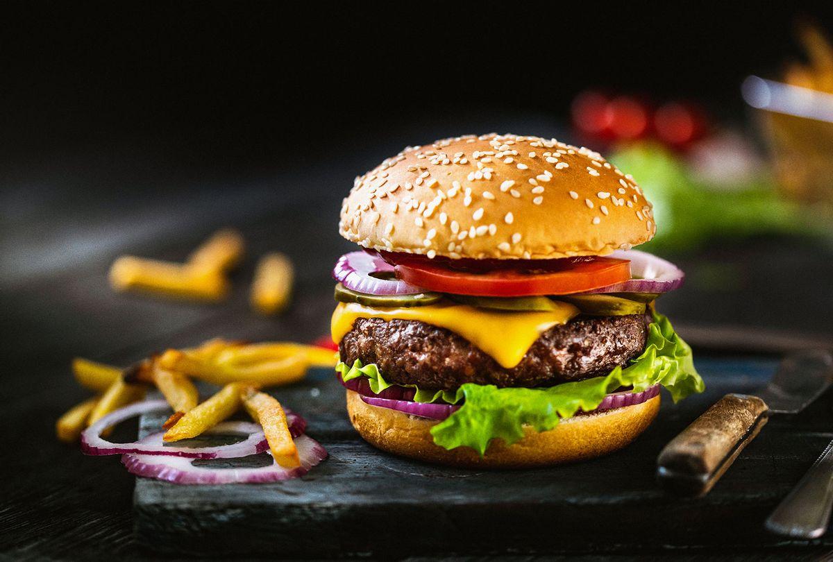A Delicious Cheeseburger (Getty Images/da-kuk)