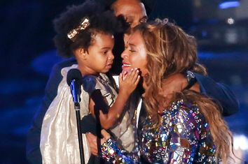 Beyonce kisses her daughter Blue Ivy