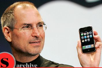 Steve Jobs demonstrates the new iPhone