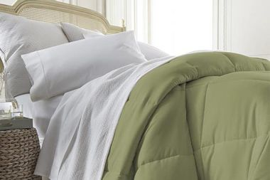 Enjoy sleep thanks to this down-alternative comforter