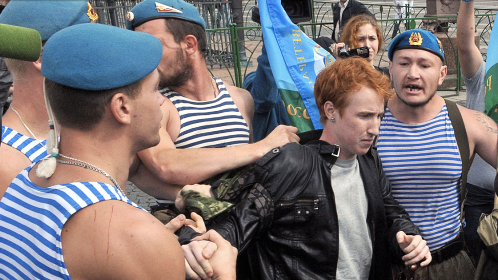 Russian paratroopers attack lone LGBT activist for protesting anti-gay law