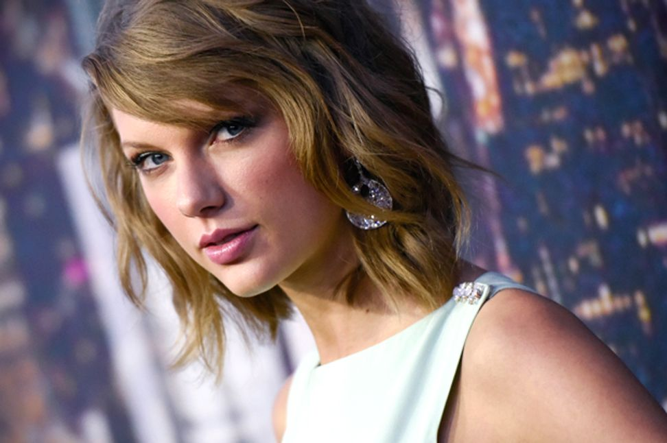 """Photographers call Taylor Swift a hypocrite: """"How are you any different from Apple?"""""""