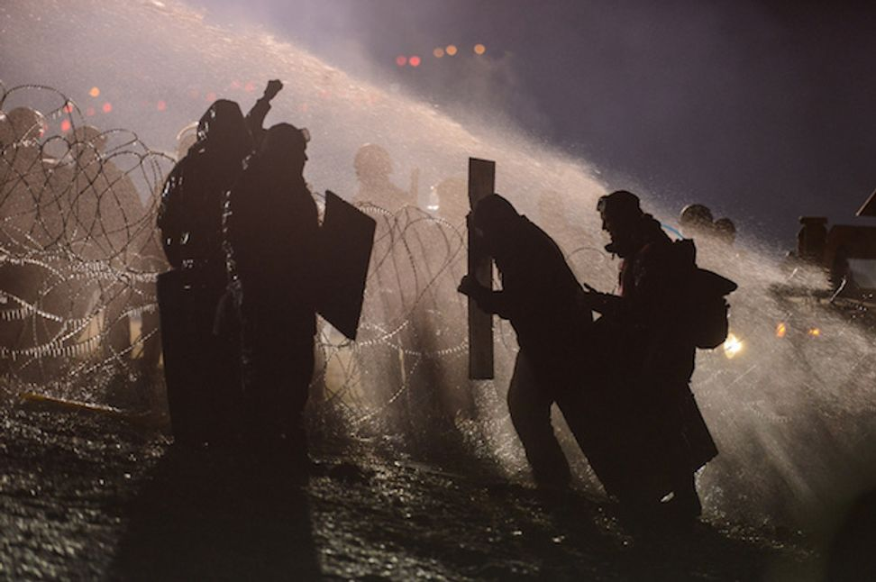 WATCH: Dakota pipeline protesters sprayed with water cannons in freezing cold, 167 injured in police crackdown | Salon.com